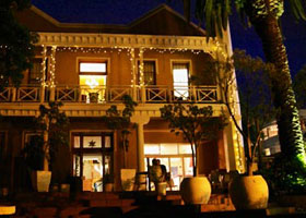 Front of Ashanti Gardens Backpackers in Cape Town at night